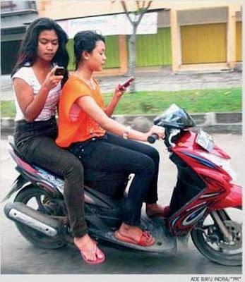Pelanggaran lalu lintas naik motor sambil sms